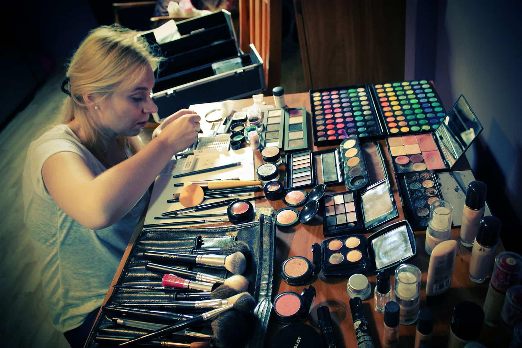Przygotowania do klejenia kępek rzęs dla makijażu ślubnego Ani.