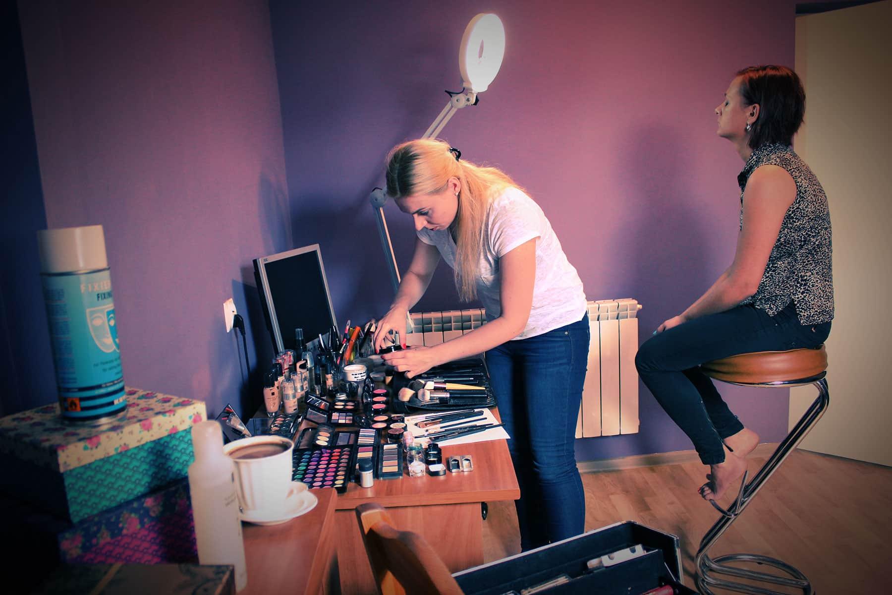 Przygotowania do makijażu dla Justyny na ślub siostry.
