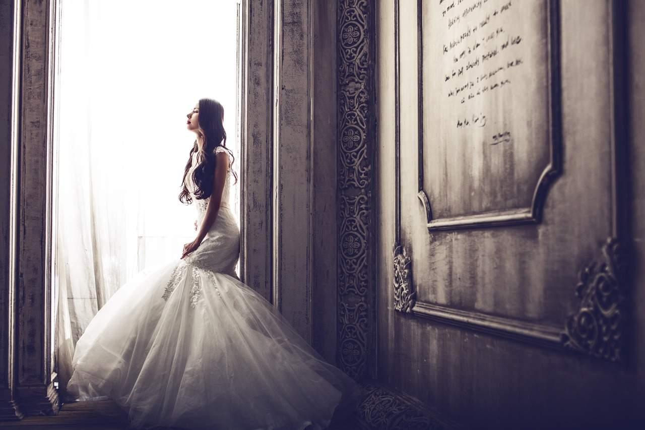 Naszyjnik ślubny z żywych kwiatów – trendy ślubne